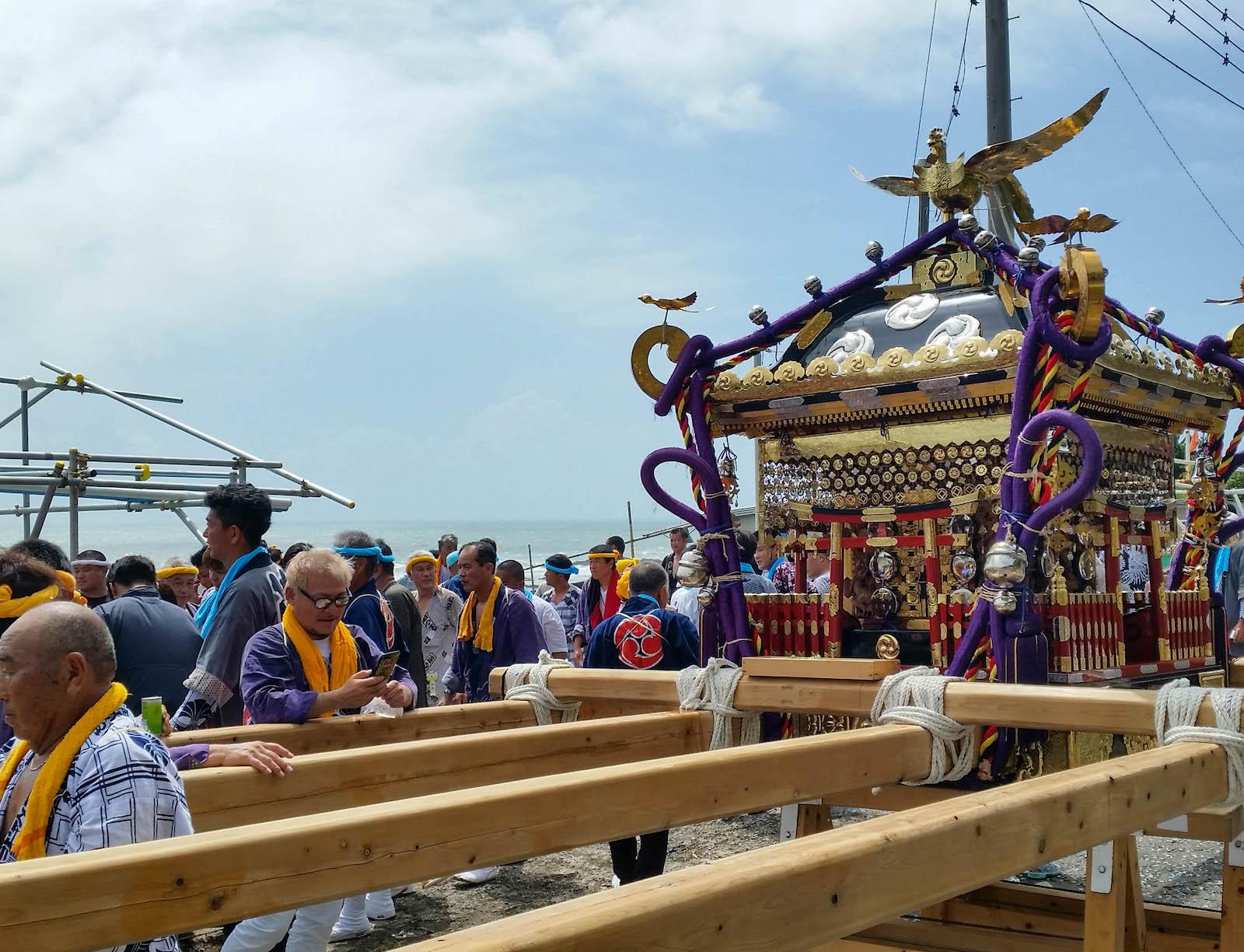 五穀豊穣と大漁祈願を願う天津須賀神社の例祭。祭事の資金を地曳網の売り上げからまかなう