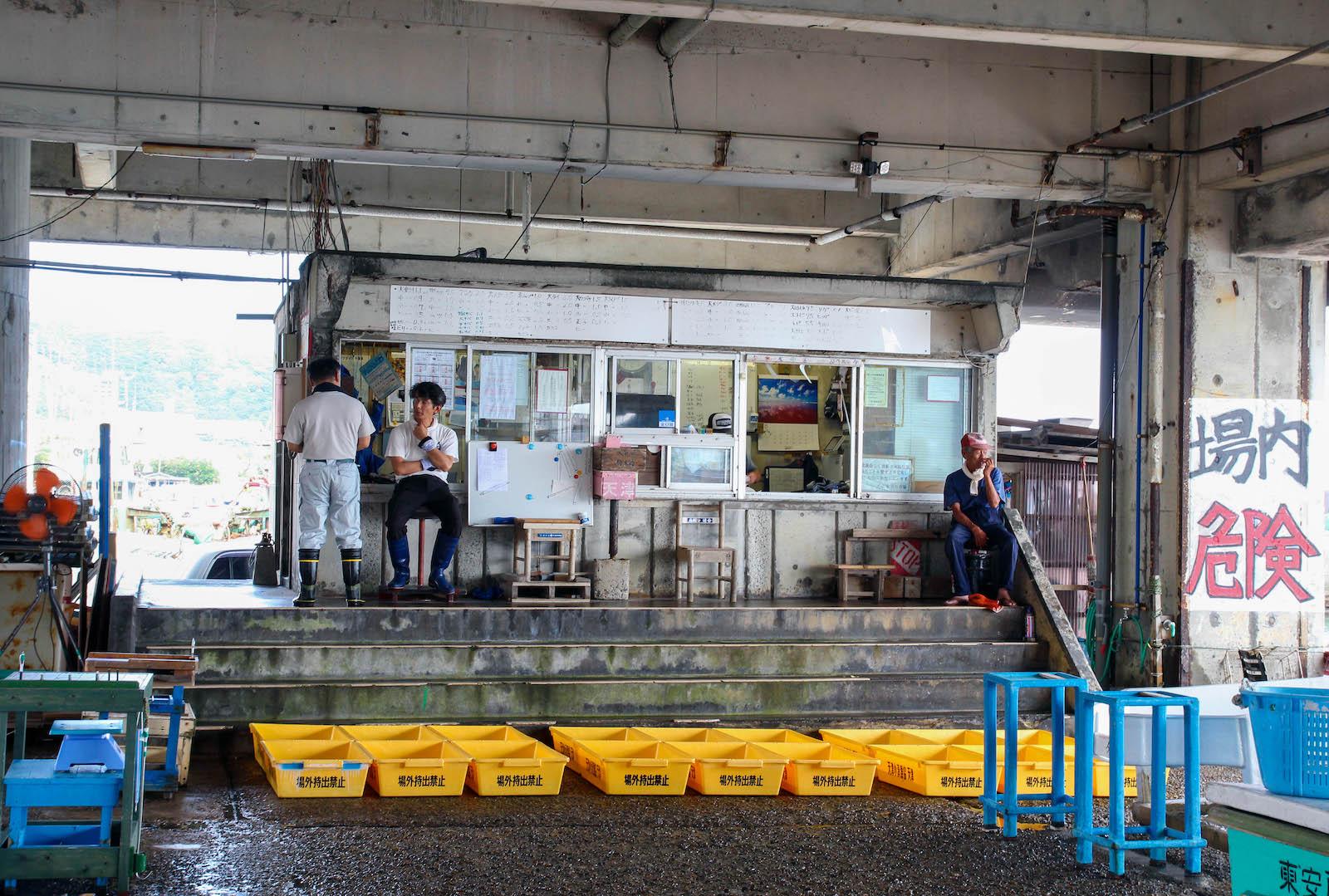 天津漁港内の競り場