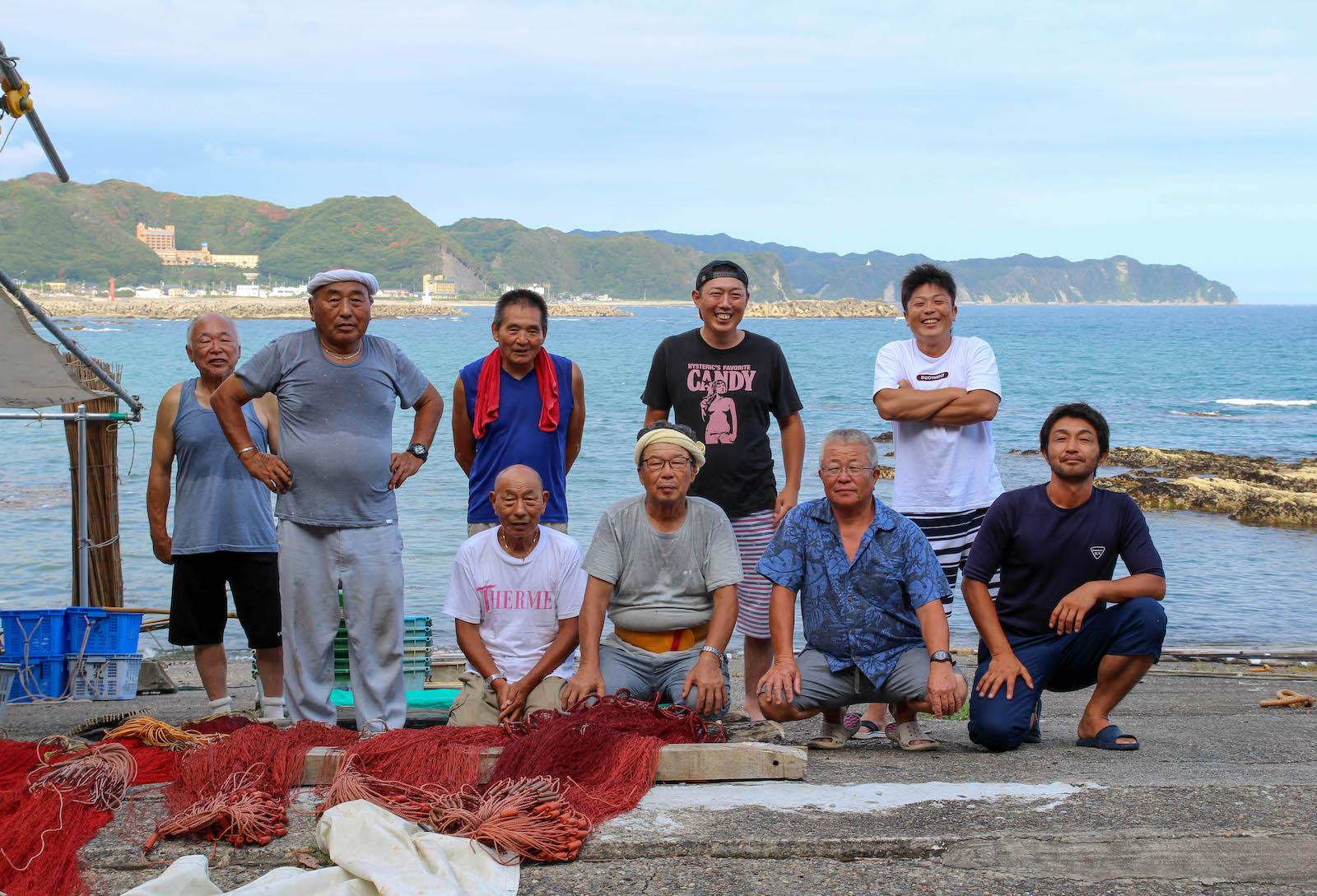 引土地区に暮らす漁師のみなさん。(前列右から2番目が金高恵一さん。後列右端が息子の裕司さん)