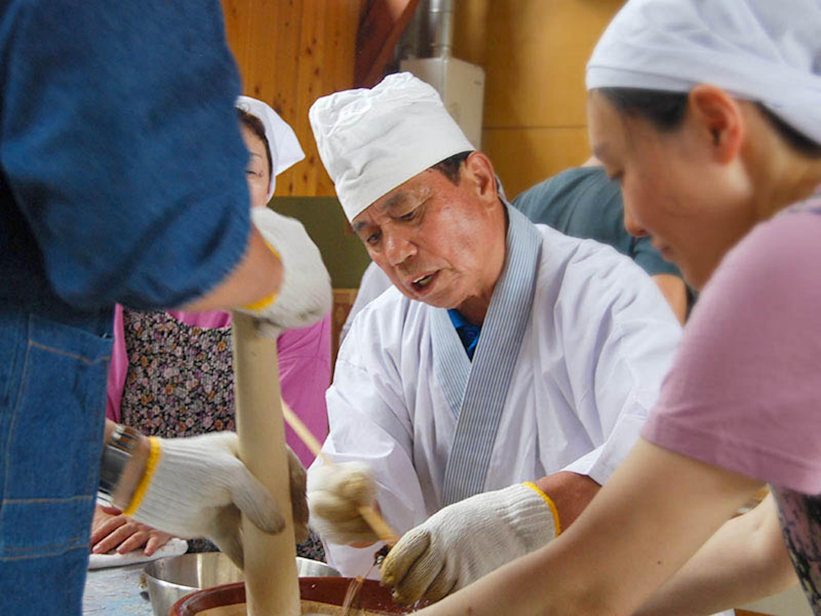 蟹ごし汁づくりは毎年行われる人気ワークショップのひとつ。