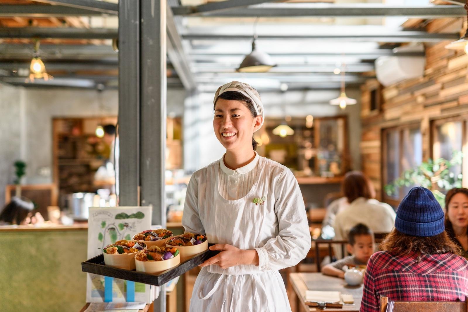 賑わうランチタイム。日替りで「ごはん係」と「おかし係」が料理やデザートを提供