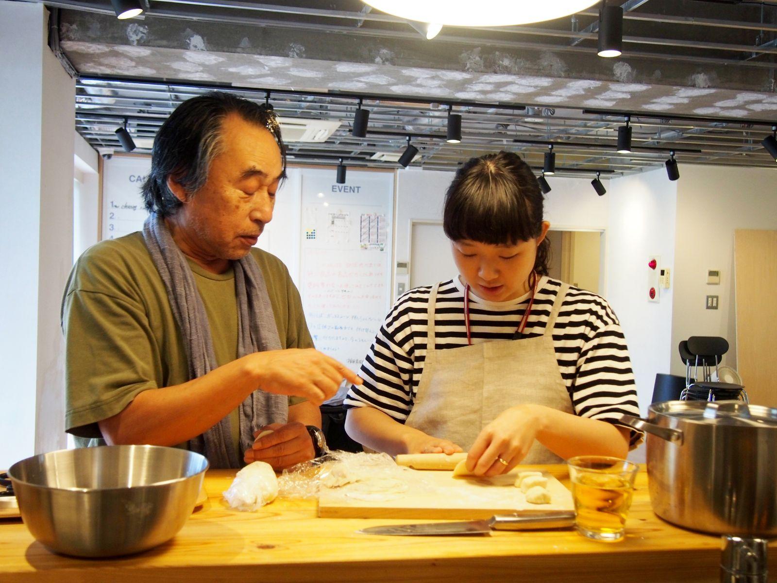 田中さんから直伝の餃子作りにはMUJIcom 光が丘ゆりの木商店街のスタッフも参加