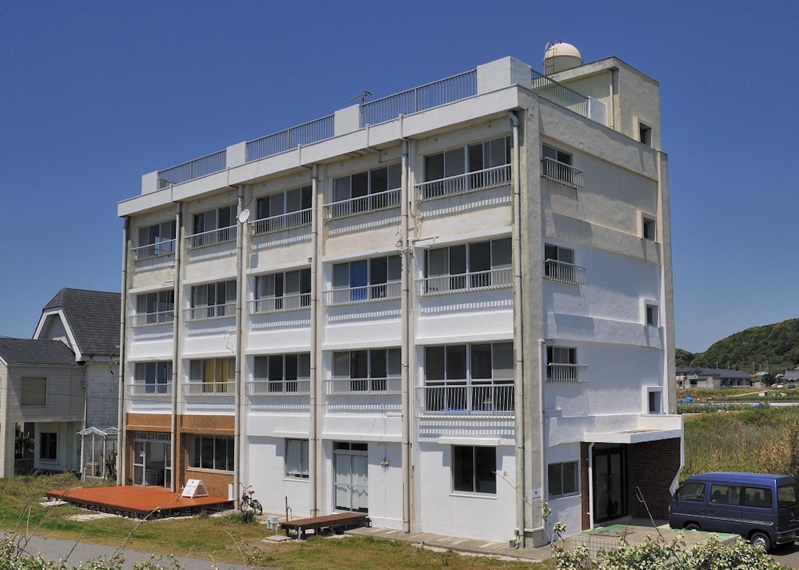 シラハマアパートメント。朝日の差し込む角部屋が蟻川家のアジト