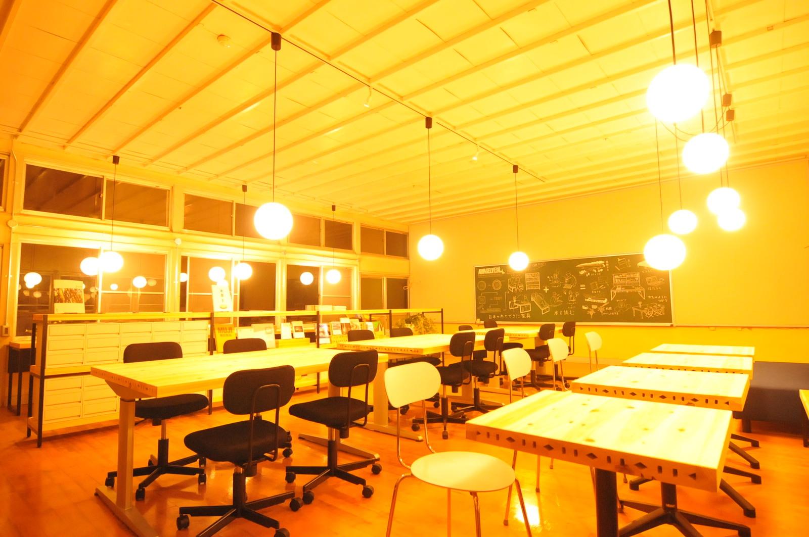 シラハマ校舎にあるコワーキングスペース。蟻川さんの白浜での仕事場でもあります