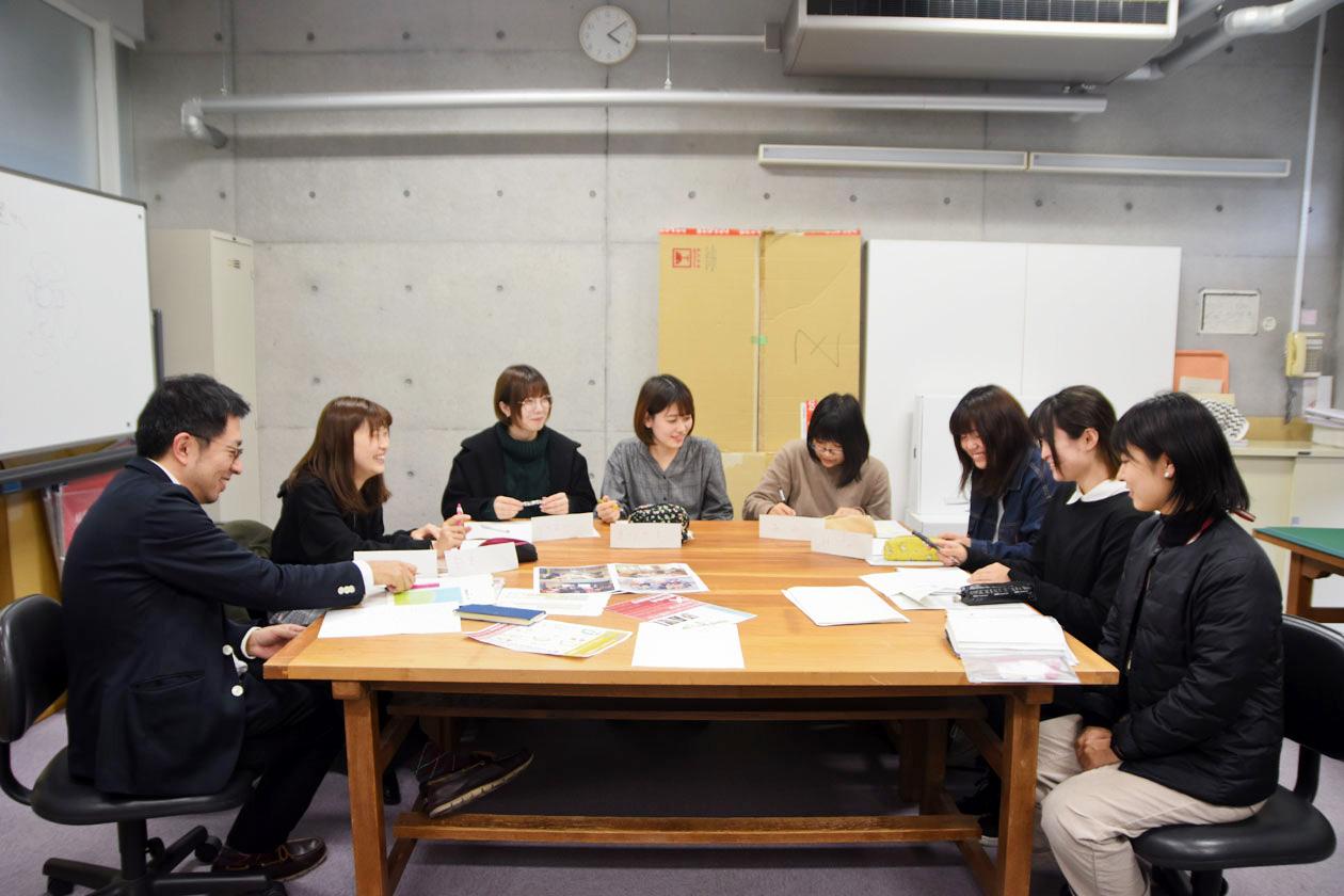 臼井研究室のメンバーと店長の大矢さん(写真右)。岐阜市立女子短期大学にて