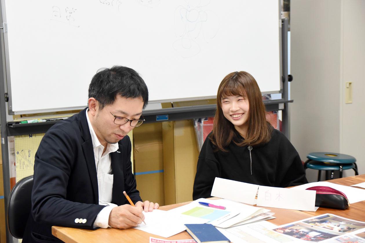 臼井先生と学生リーダーの1年生白木さん
