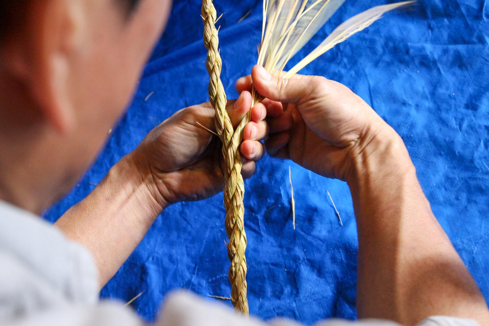 藁2束で綯った縄に3本目を螺旋状に挿して三つ縄のゴボウじめに