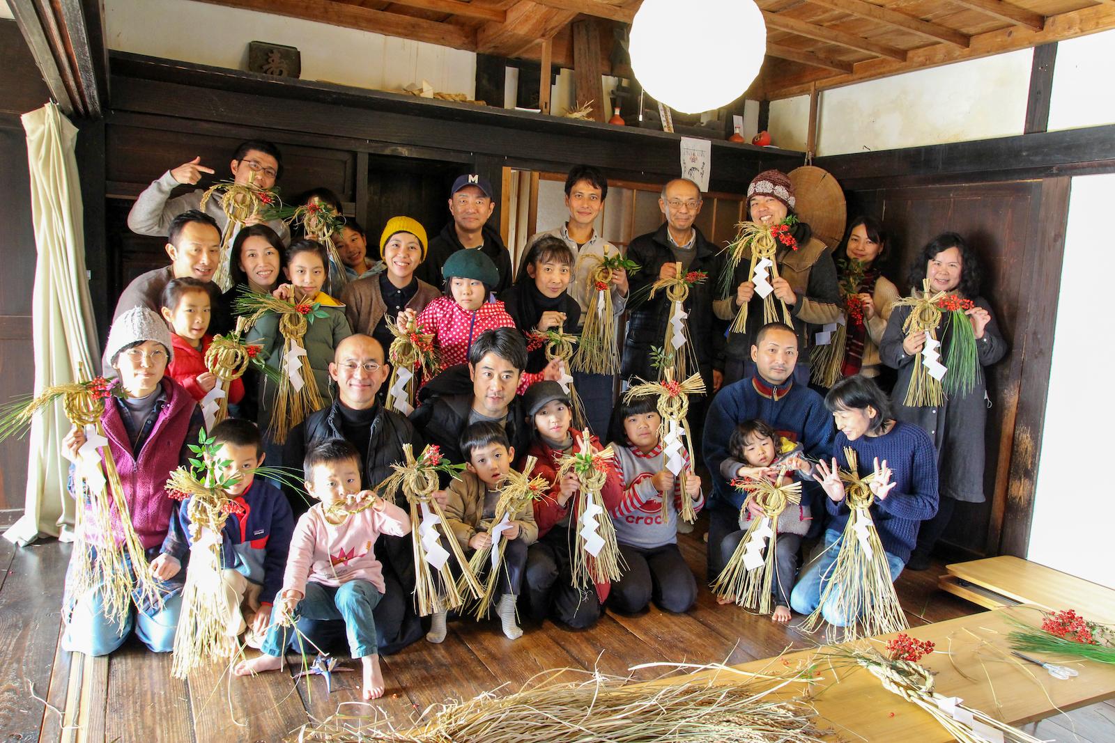 見事美しく仕上がった自作のしめ縄飾り。里山と自身の暮らしの繋がりを想う
