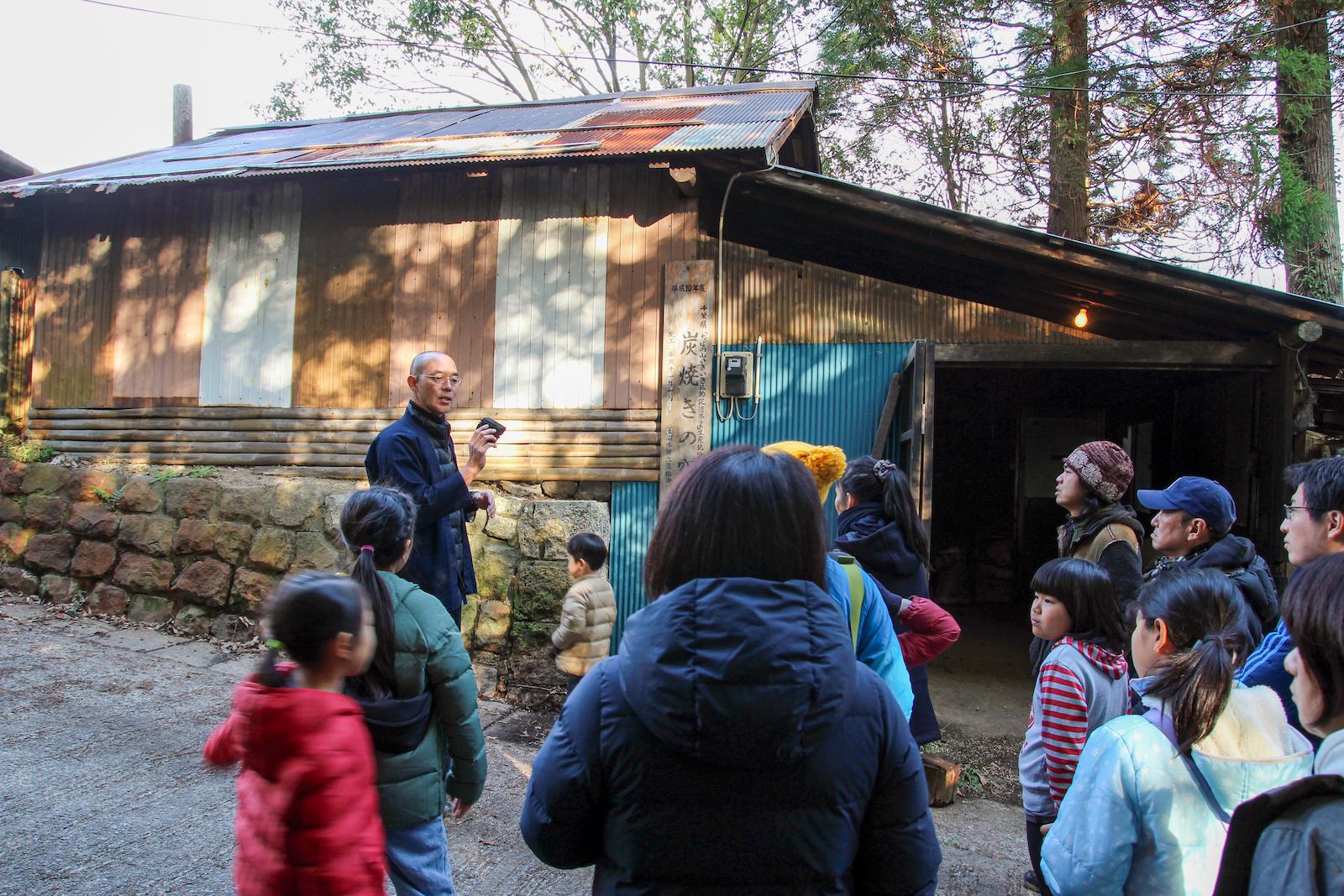 現役の炭焼き小屋の前でそのストーリーを語る林さん