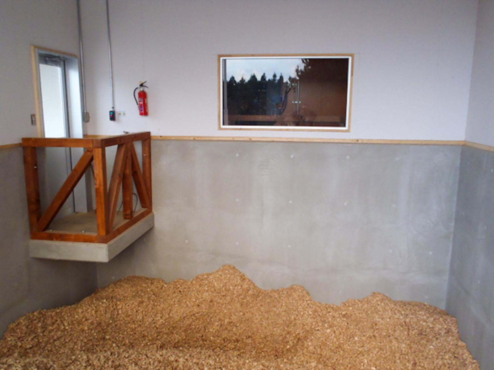 奥尻小学校にある木質チップサイロ