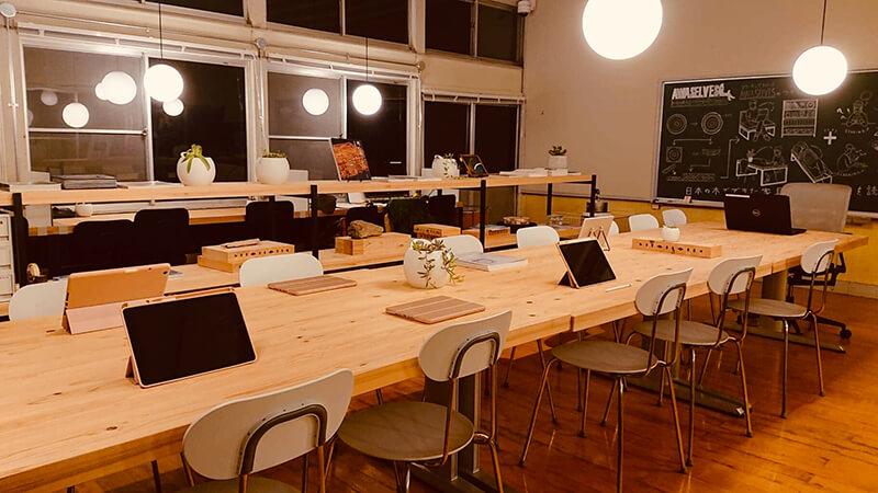 旧教室を利用したホームスクールタイプの学習塾。AIとのマンツーマン授業が行われている