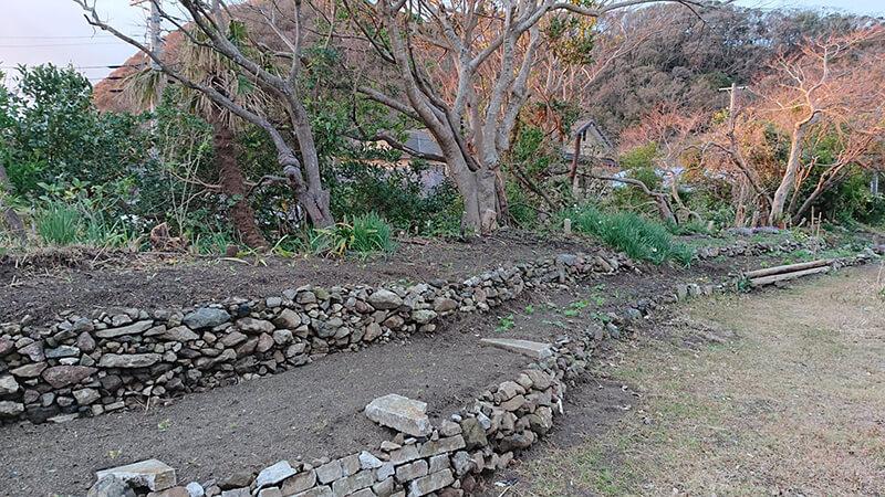 災害の瓦礫で出来た石垣花壇。これも小屋の利用者の作品です