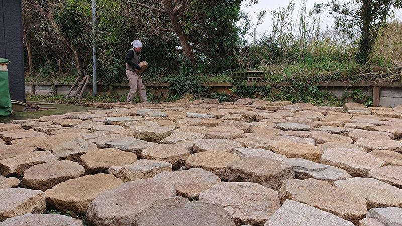 ただいま石畳造りの真っ最中。1個15~20㎏の石を毎日少しずつ敷いていきます