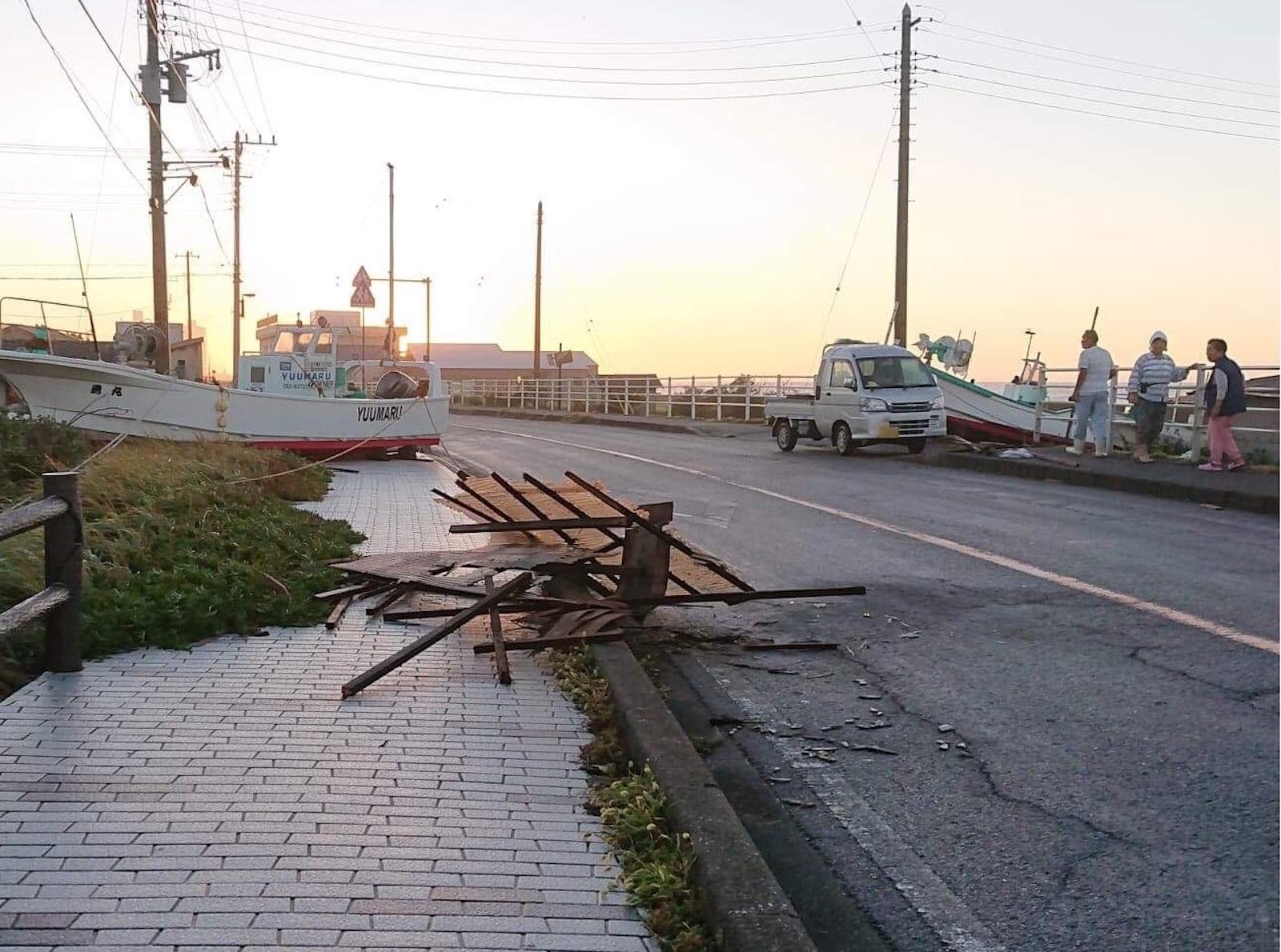 海辺の暮らしでは大型台風の前に、船を陸(おか)に引き上げます