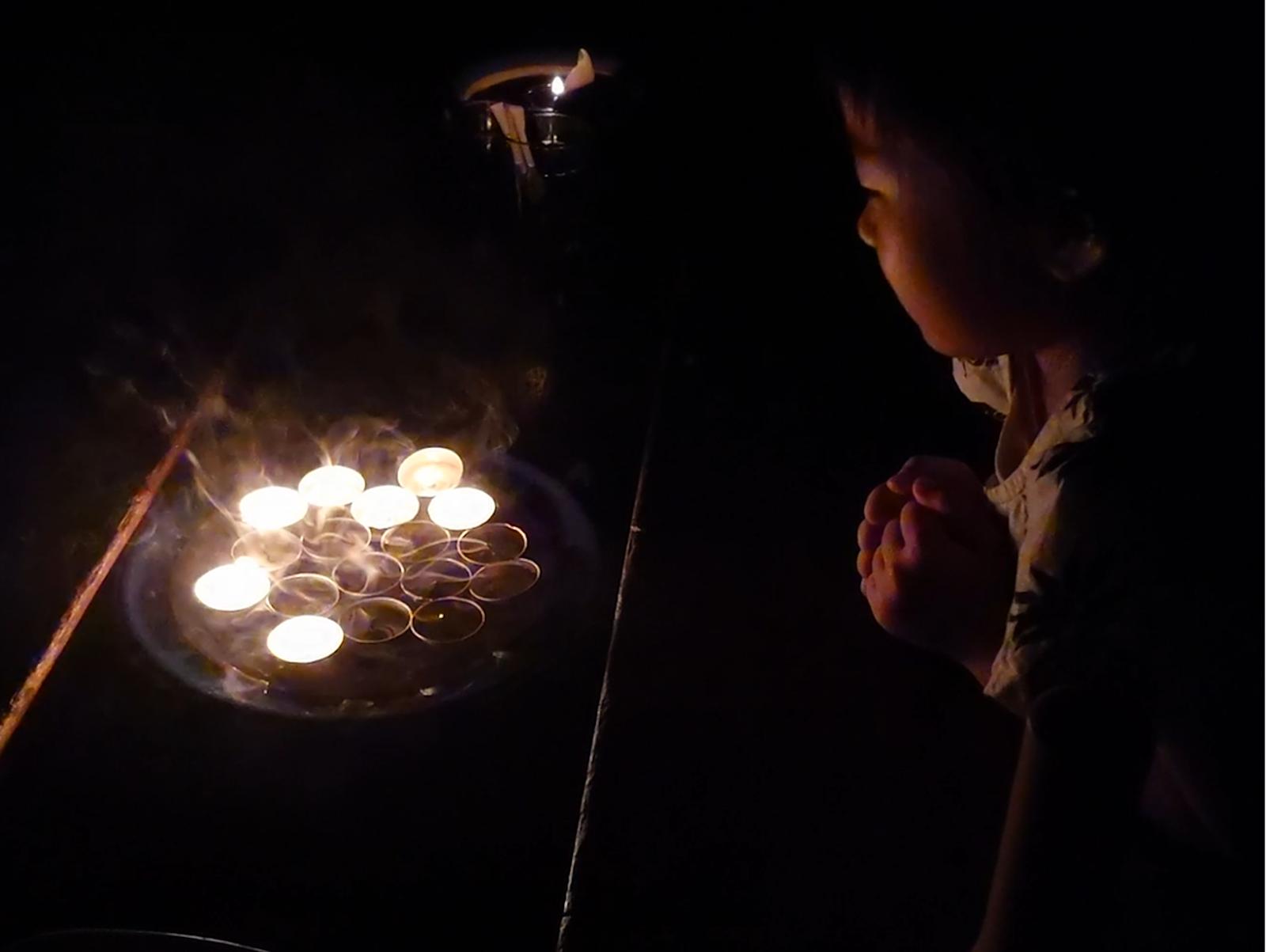 真っ暗闇でのお誕生日ごっこ。子どもには大好評でした