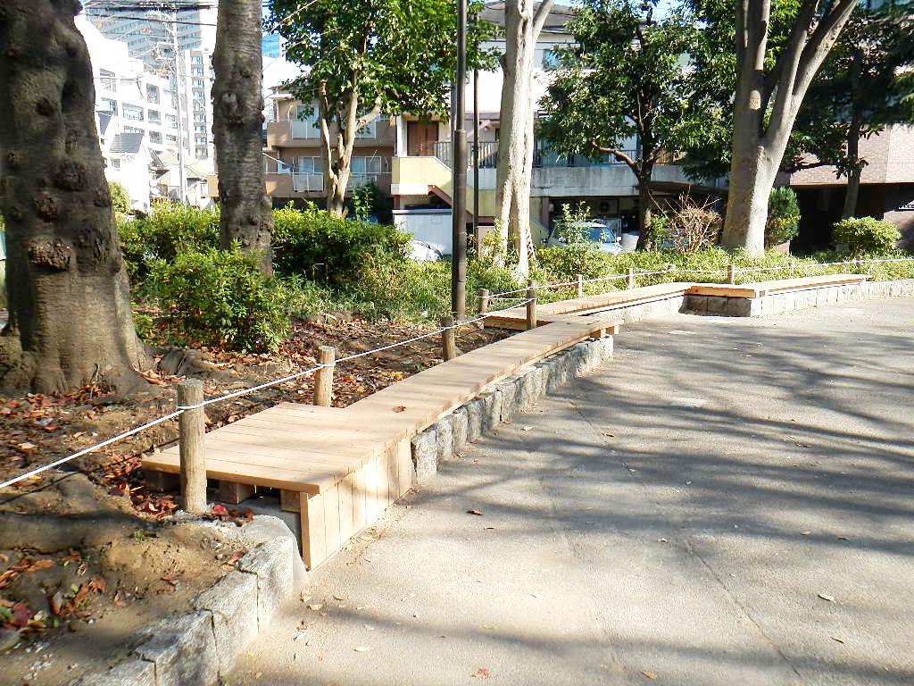 あるものをいかして、公園内の石積みに沿って設置されたデッキ