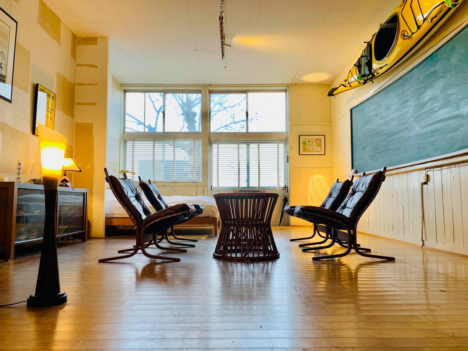 黒板とカヤックが並ぶシラハマ校舎のオフィス