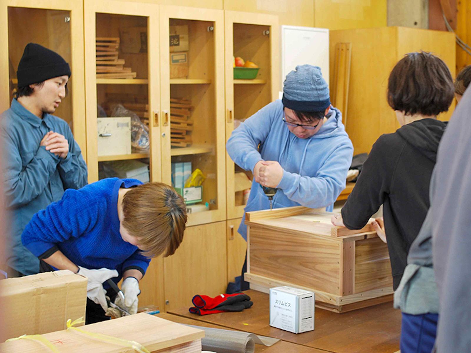 図工室で行われた巣箱づくりのワークショップ