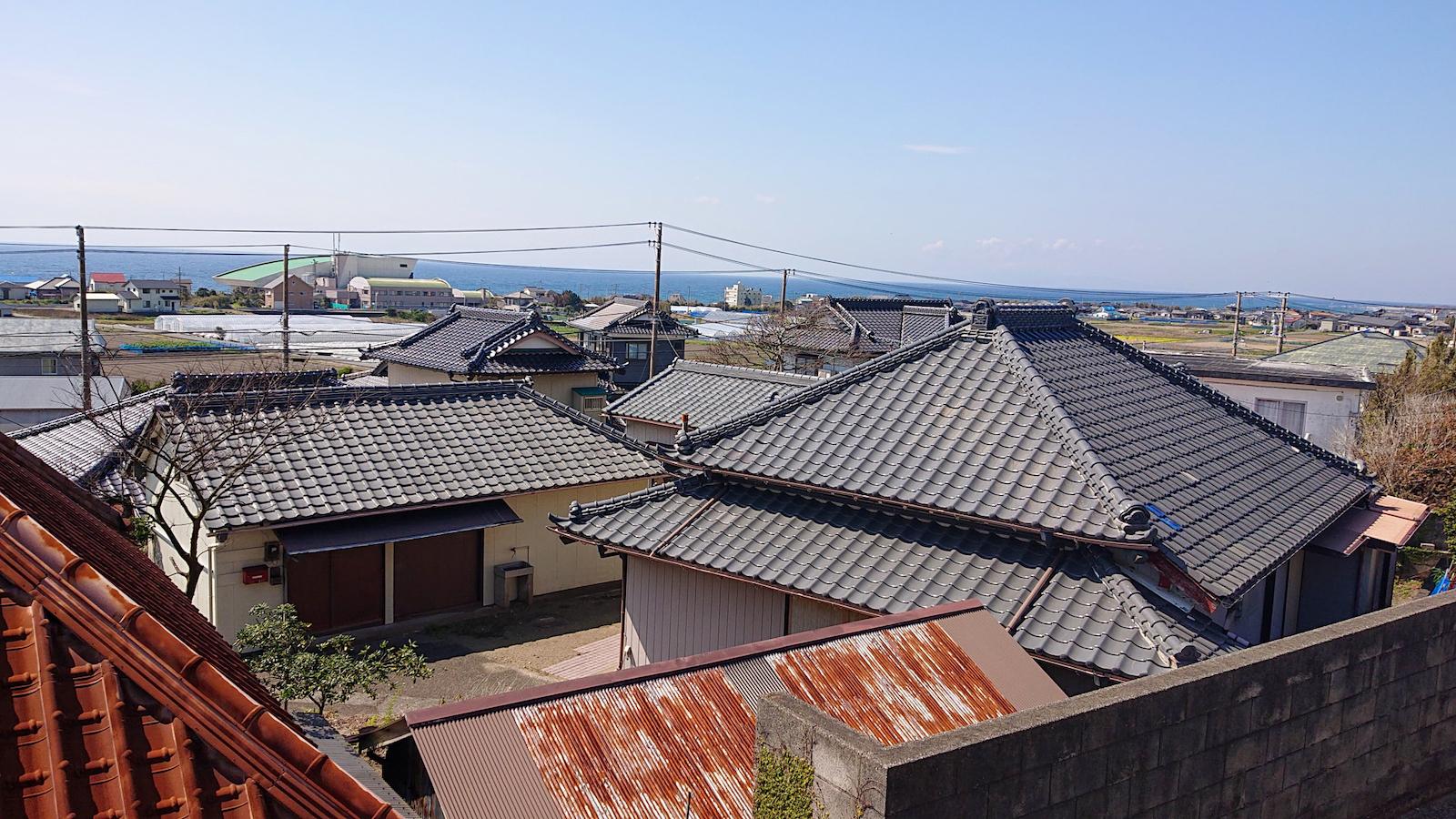 セルリアンブルーの空とコバルトブルーの海が見える西横渚の住宅地
