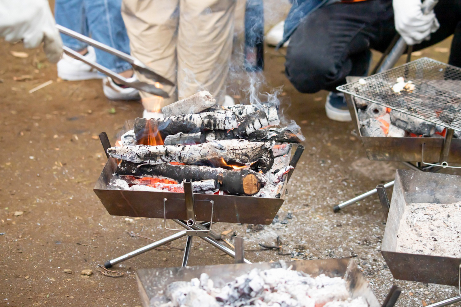 焼きマシュマロや焼きいも、燻製、ボルシチ…火を使った調理は毎回大人気です