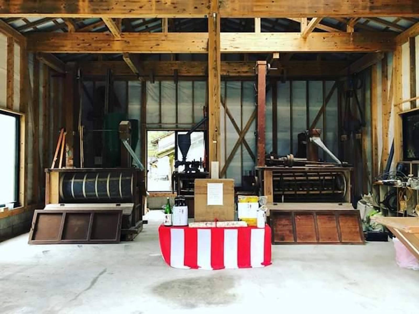 クラウドファンディングで購入した木製のロール式製粉機と製粉所