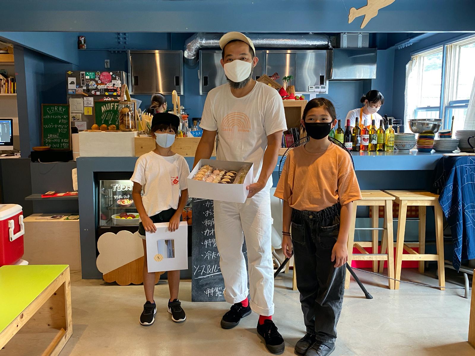 受賞者のモモ・チェリゾーラさん(左)と、holiday館長、娘のりんさん。マスクの下は笑顔です。