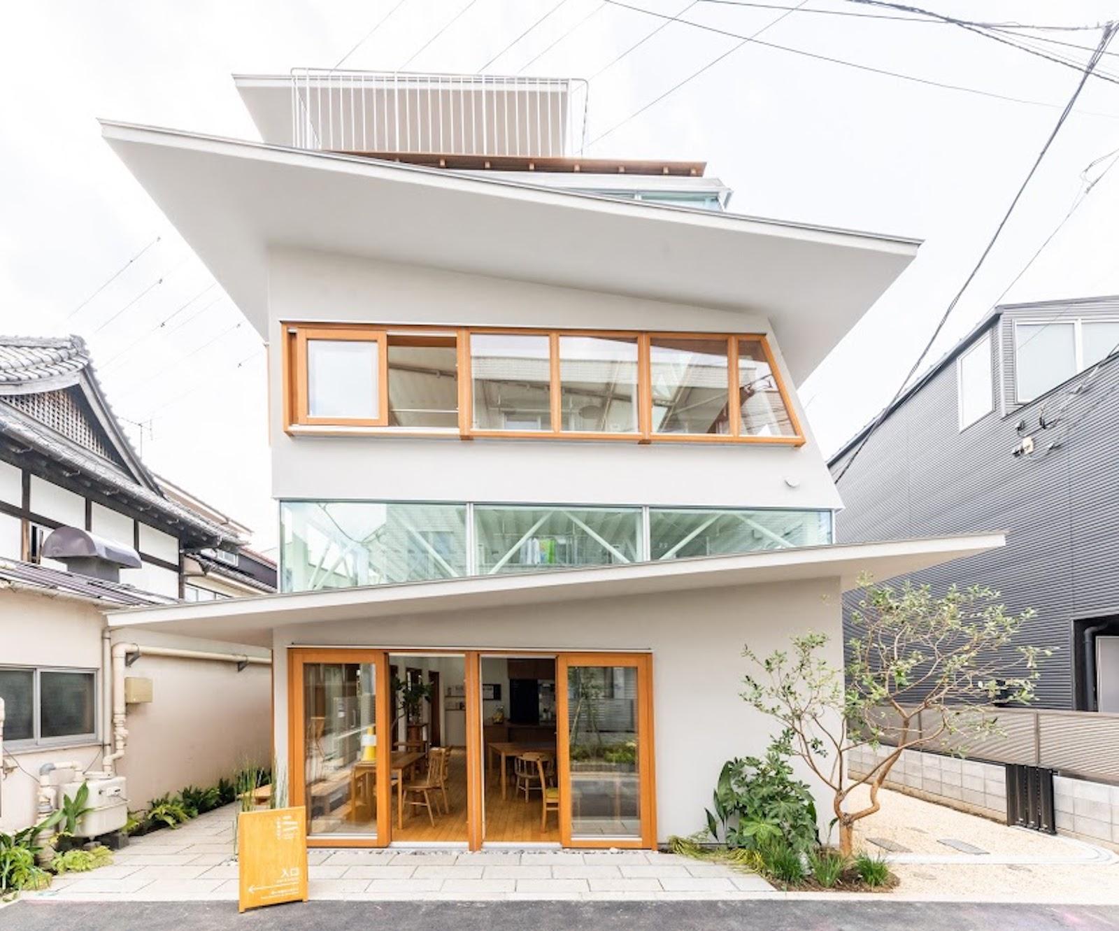 風や日差しを取り込むように、天井は二重の構造になっている