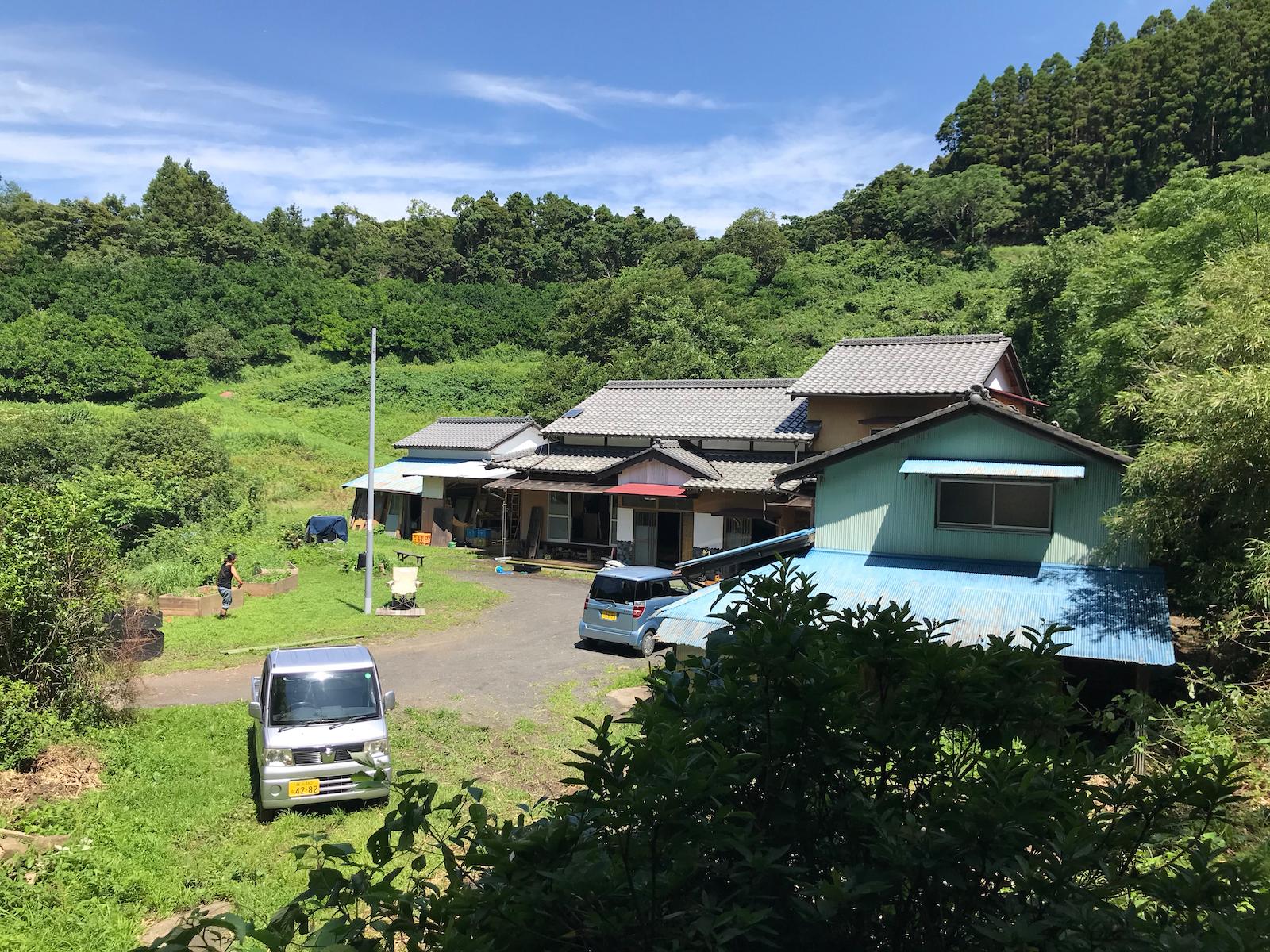 僕らが借りた古民家。古道への入り口に位置することから、屋号は『越路(けいじ)』
