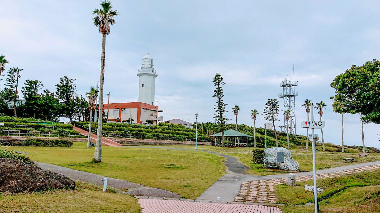 遊歩道と広場に囲まれた野島崎灯台