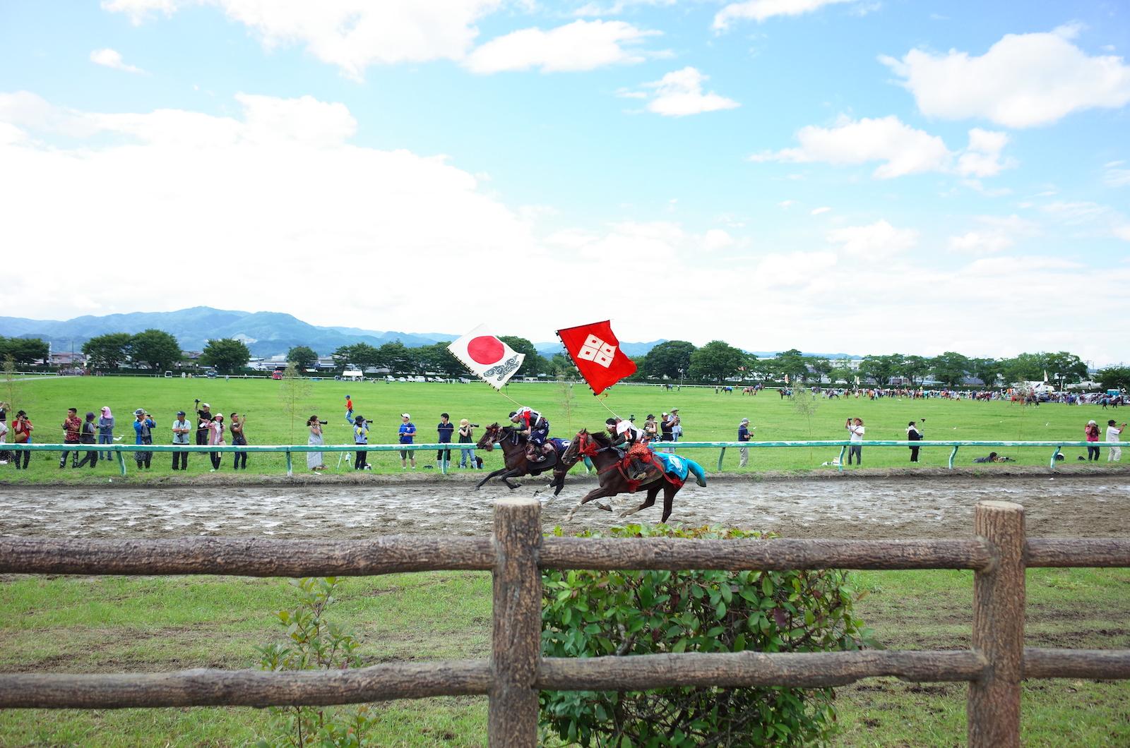 相馬野馬追2日目に行われる甲冑競馬。はためく旗指物と蹄音の迫力に圧倒される。