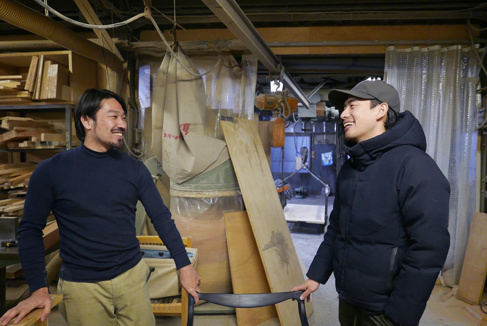 工房で打ち合わせをする宮地さん(右)と田中さん(左)