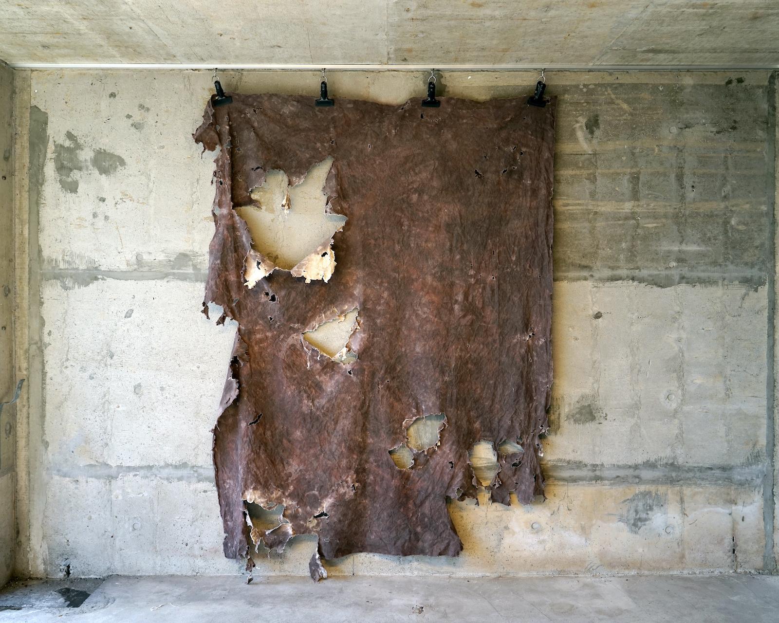 「PREMIO COMBAT 2020 PRIZE」に出品し、ファイナリストに選出された「泥染の布」