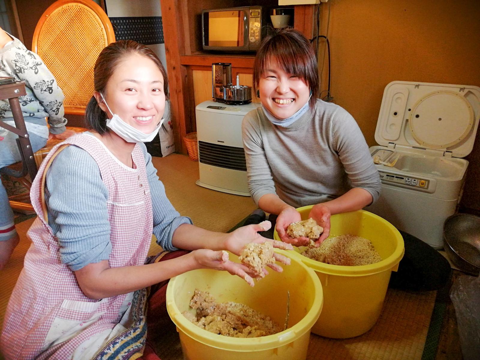 【味噌作り】つるかめ米から作った米麹と自家製大豆で、1年分の味噌作り。