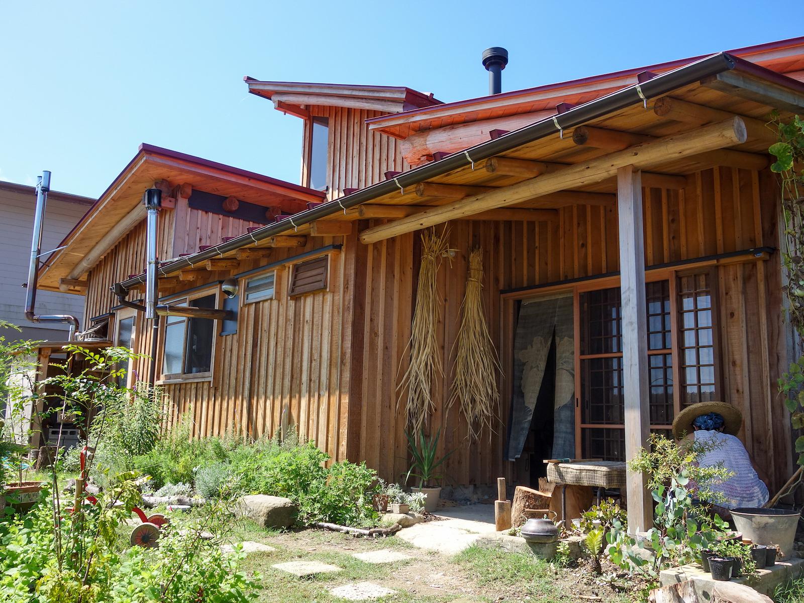 「暇があれば庭をいじっている」と話す佳子さん。植物と一体となった景観が美しい