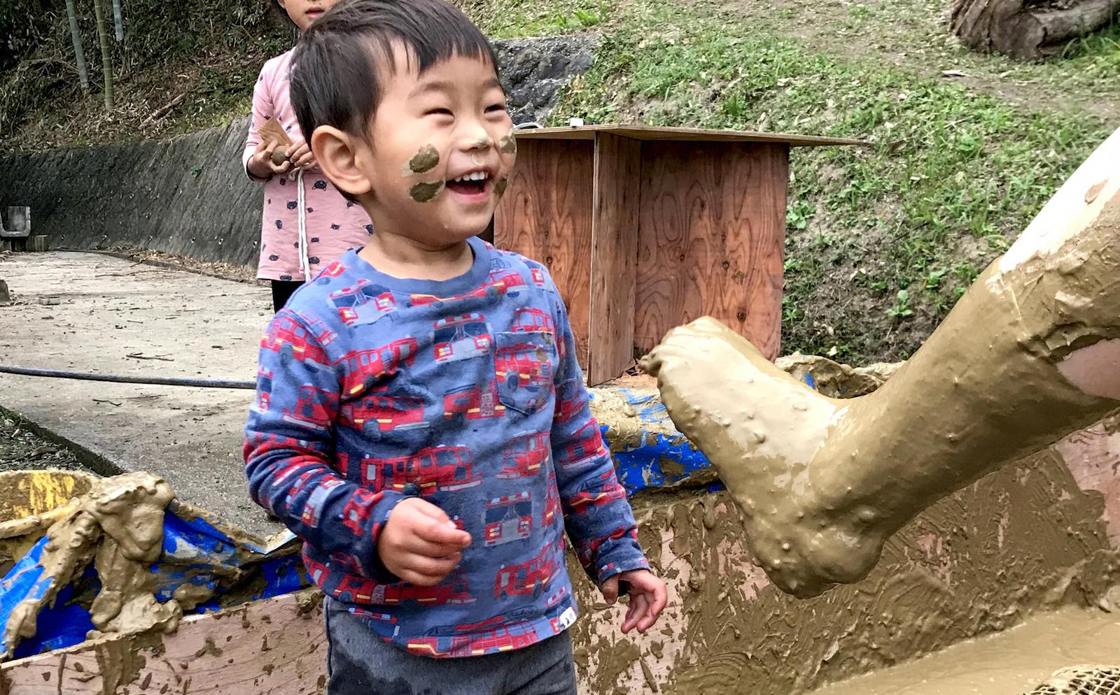 泥まみれになりながら遊ぶ息子