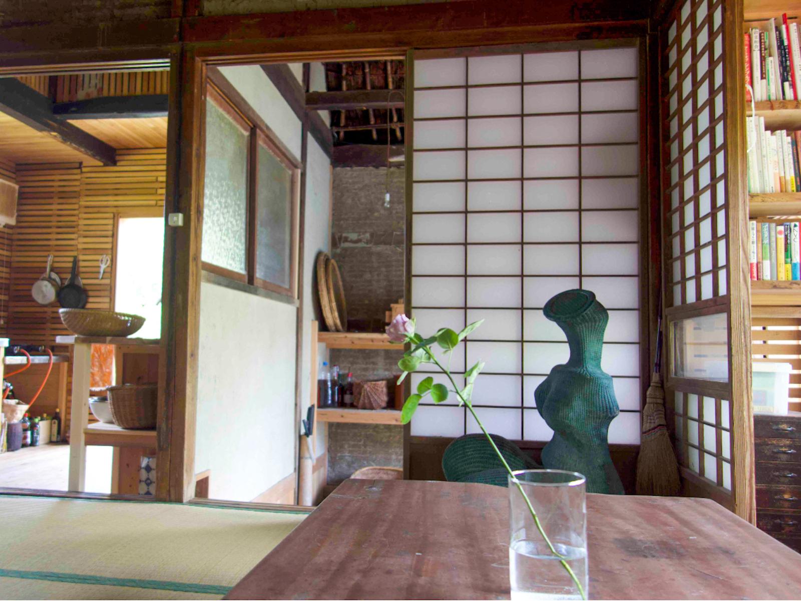 すっきりした居間兼居住スペース。奥のキッチンは土壁が塗られるのを待っている