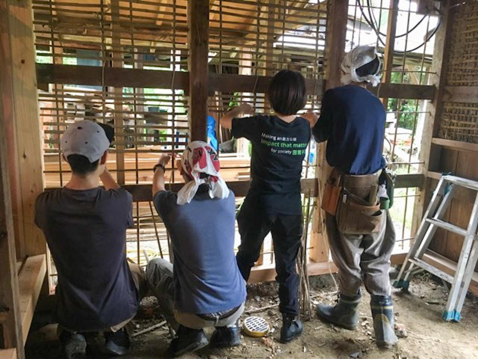 玄関の竹小舞を編んでいるところ。壁塗りは伊吹さんがほぼ一人で完成させたとのこと