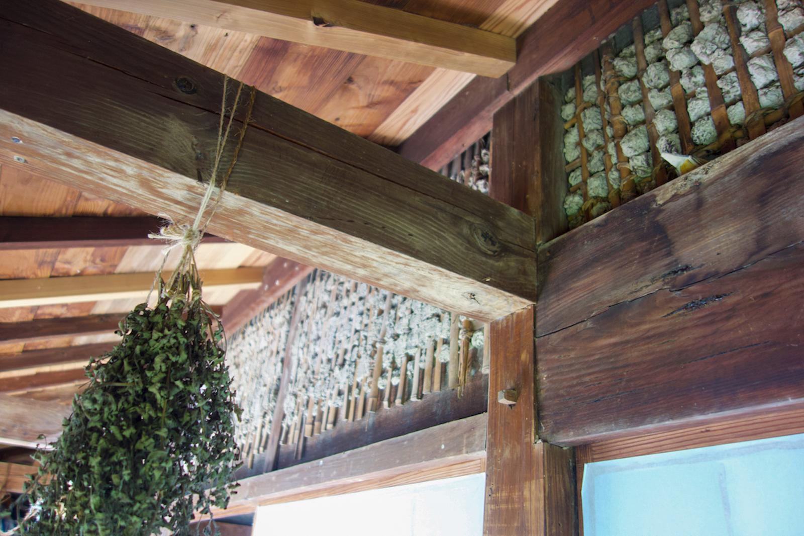 縦横に編まれた竹小舞に土を入れてある小壁。いつも何かのハーブが干されている