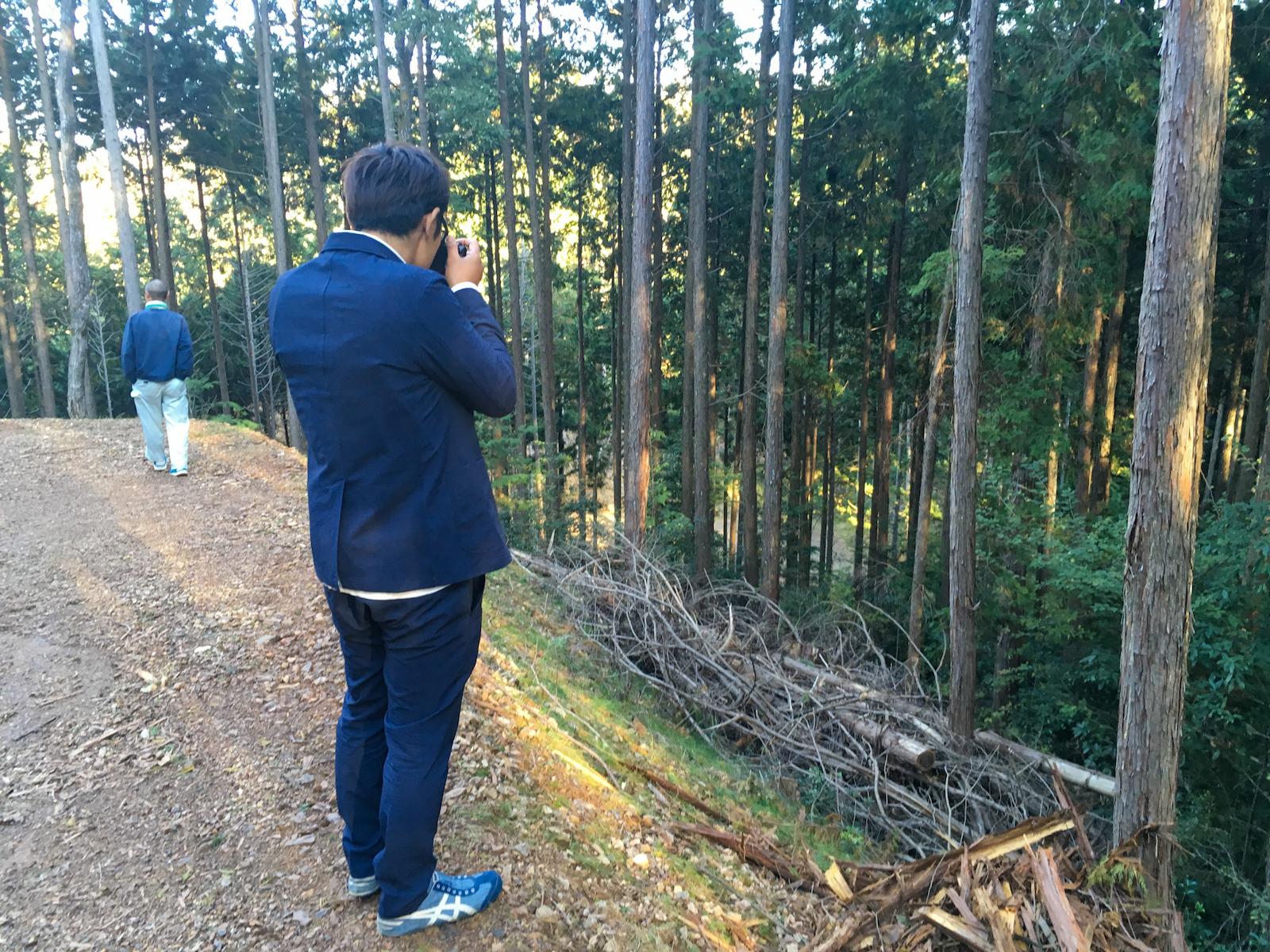 岐阜県にて林業関係者への現場での取材 写真提供:sonraku