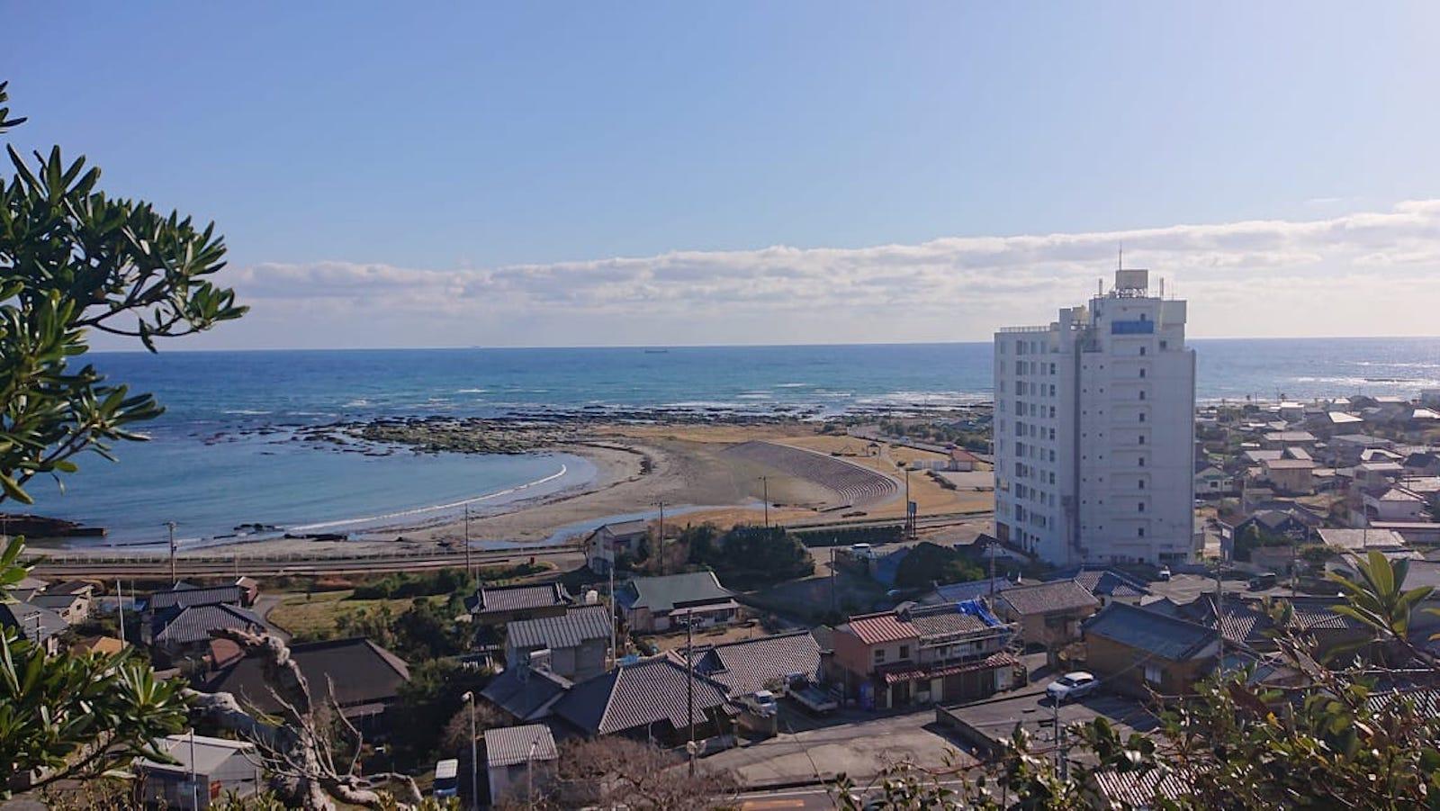 浅間神社から見た塩浦地区。ビーチが広がり、海水浴もできます