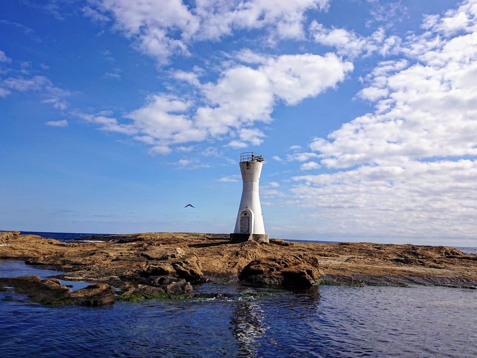 安房白浜港灯台。干潮時は歩いて渡ることができます