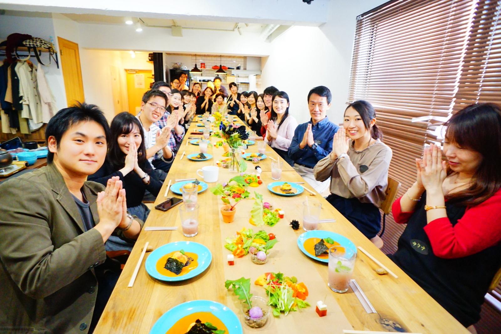 収穫した黒米を味わう「Black rice party」。みんなでいただきます!