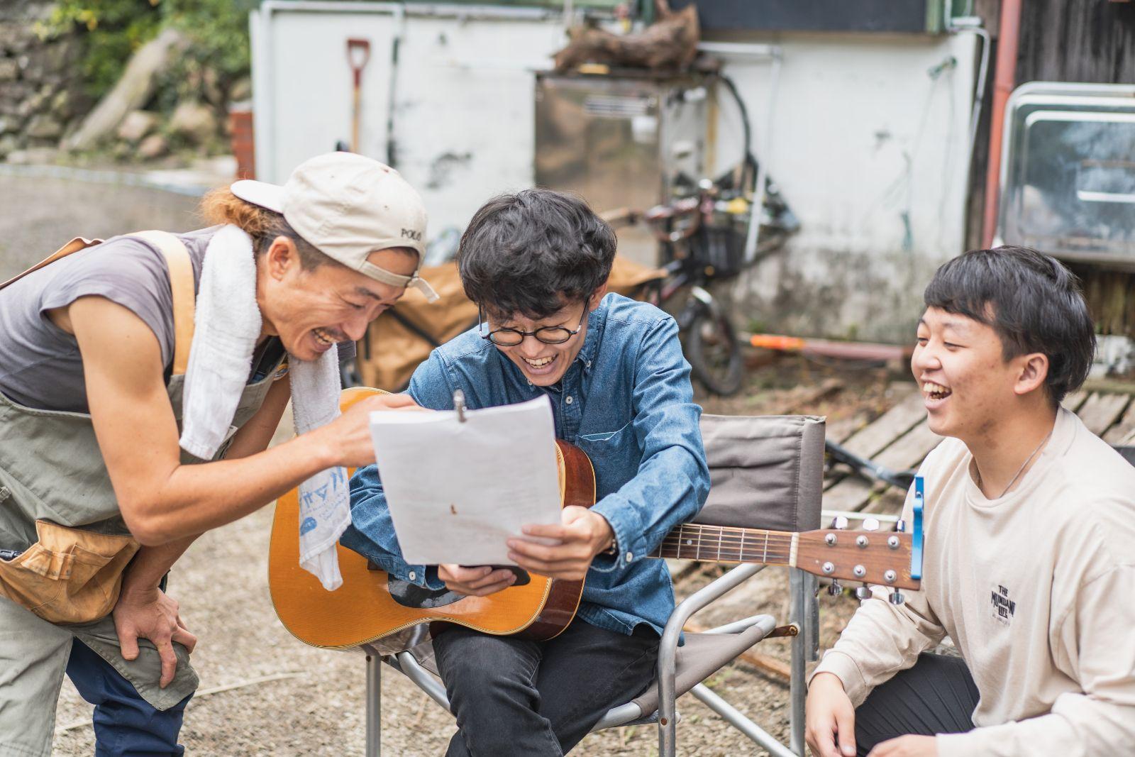 真ん中が村田くんです。初めてギターを触って教えてもらっていました。