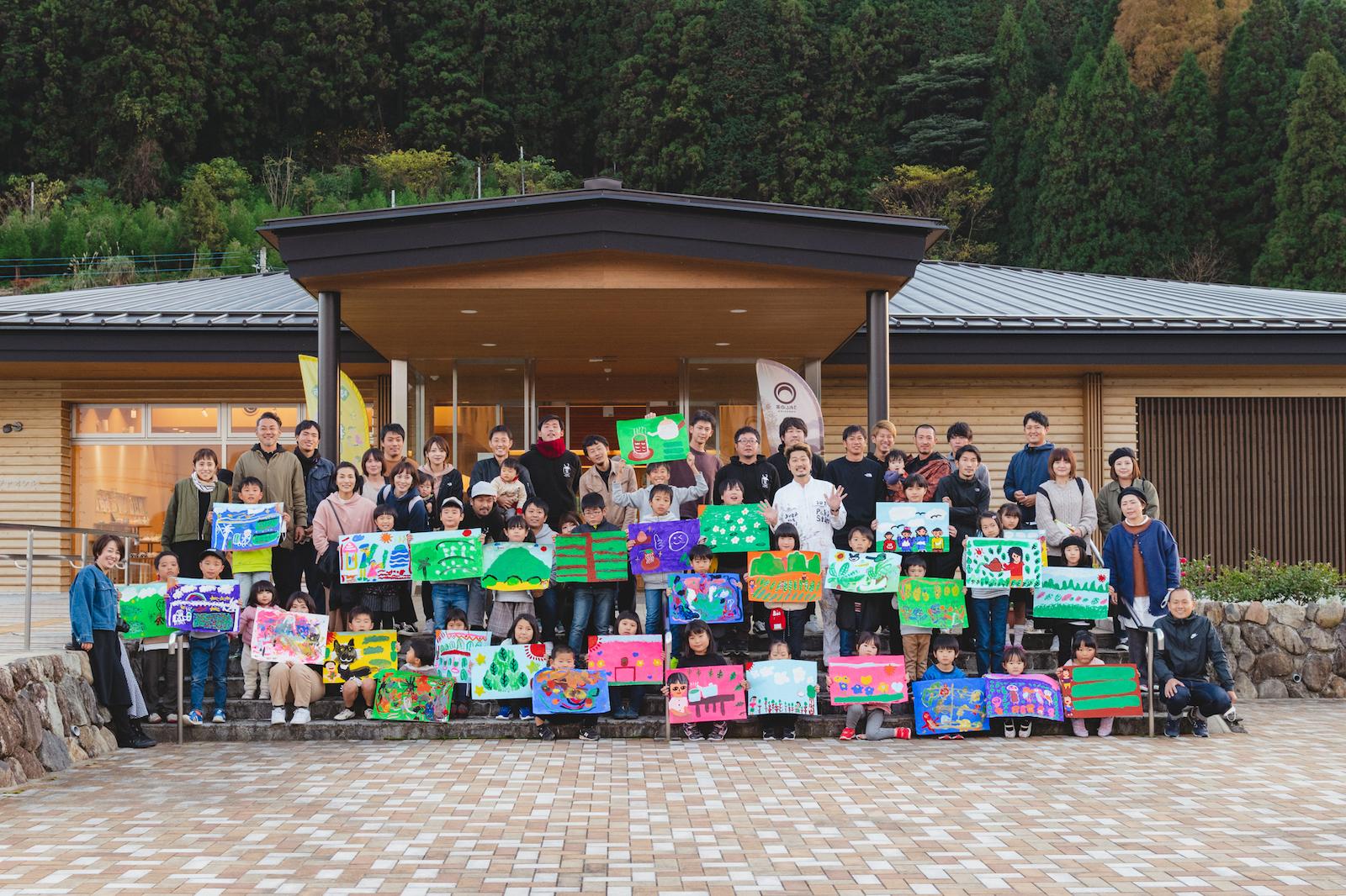 お絵描きイベントに参加した地域の子どもたちとグリーンレタープロジェクトの皆さん
