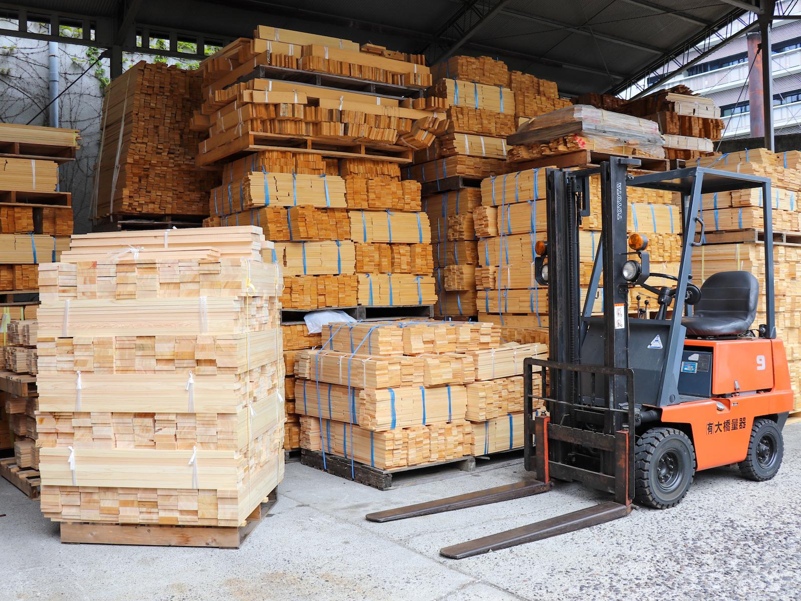 大垣市に自社工場を構える大橋量器。敷地内には枡の材料であるヒノキが整然と並びます