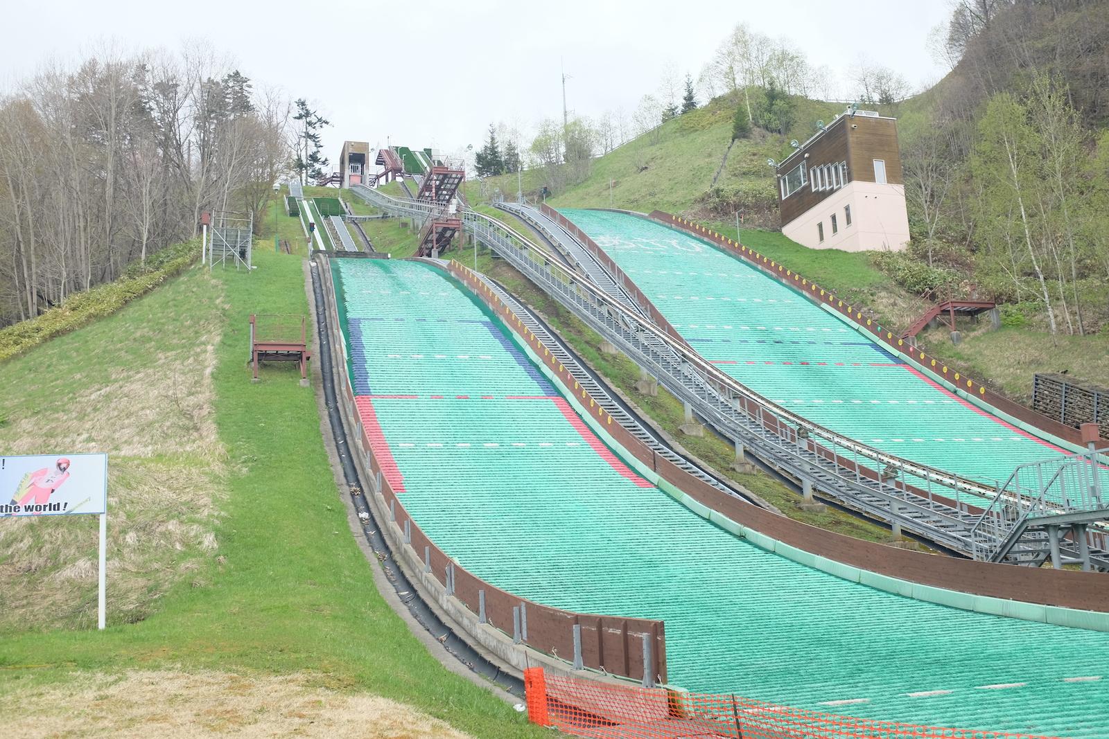 ジャンプの街と呼ばれる朝日町。各地のスキーチームが合宿に訪れる。