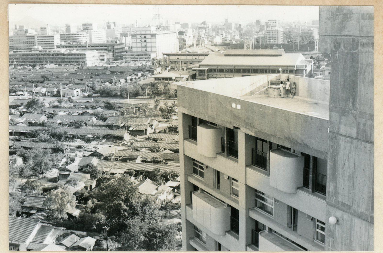 1971年、高層アパート屋上