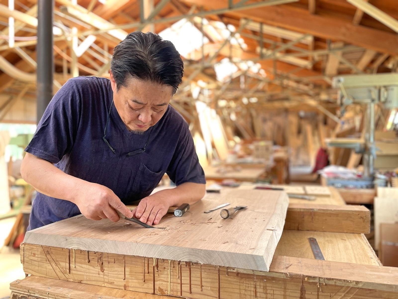 手作業でモクモクと家具を仕上げていく渡邊さん