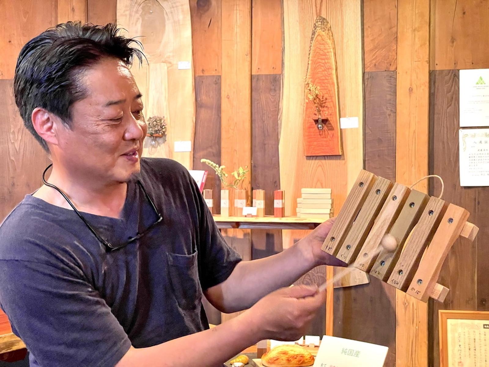 楽しそうに木琴の説明をする渡邊さん