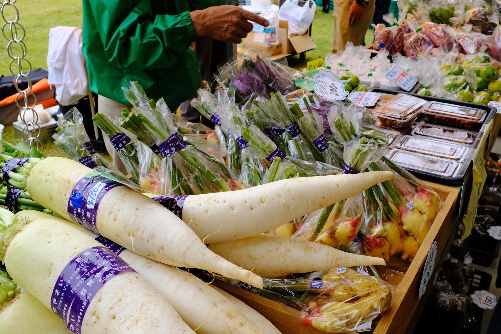 地元農家からの採れたて野菜はあっという間に売り切れに